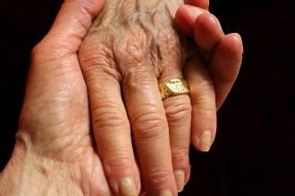 hands_love_holding_hands_together_human_caring_hands-817427.jpg!d